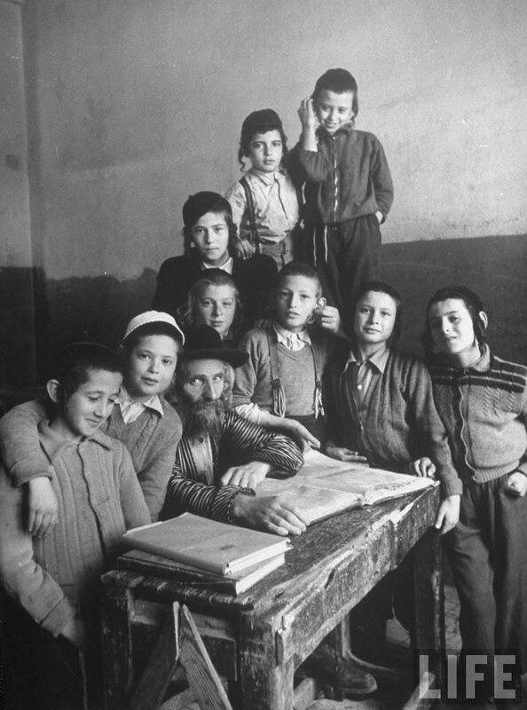 Реб Исроэль Бризл с учениками. Йерушолаим, 1955,фото Alfred Eisenstaedt