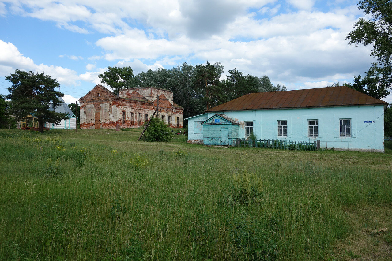 ДК, часовня и развалины в селе Троицкое-Бачурино