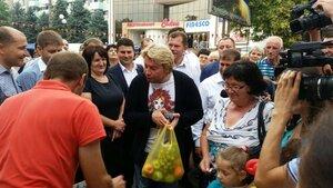 Николай Басков в Оргееве - пробует молдавские овощи и фрукты