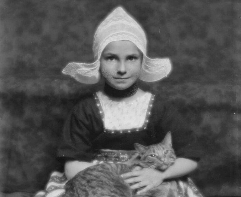 Генте любил естественные фотографии и использовал котика для того, чтобы расслабить моделей. Девочка с Баззером, 1913 год.
