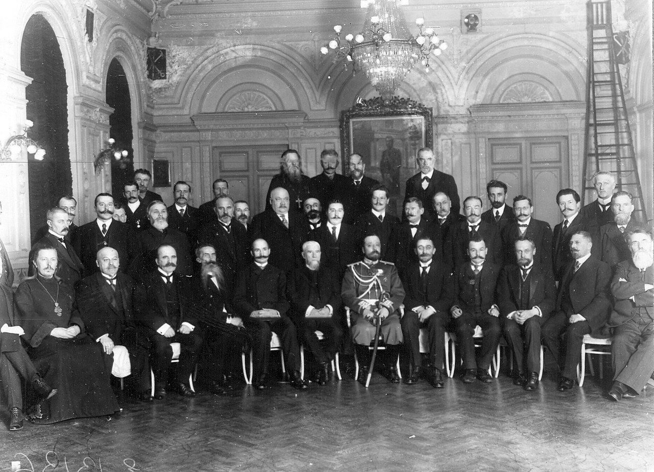 Группа избирателей депутатов в Четвертую Государственную думу в помещении Петербургской губернской земской управы. 15 октября 1912