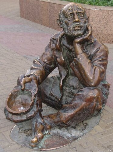 Памятник нищему наКировке (22.03.2013)