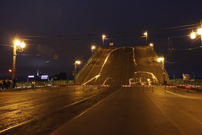 Активисты группы за 23 секунды нанесли на поверхность Литейного моста изображение фаллоса длиной 65 метров и шириной 27 метров