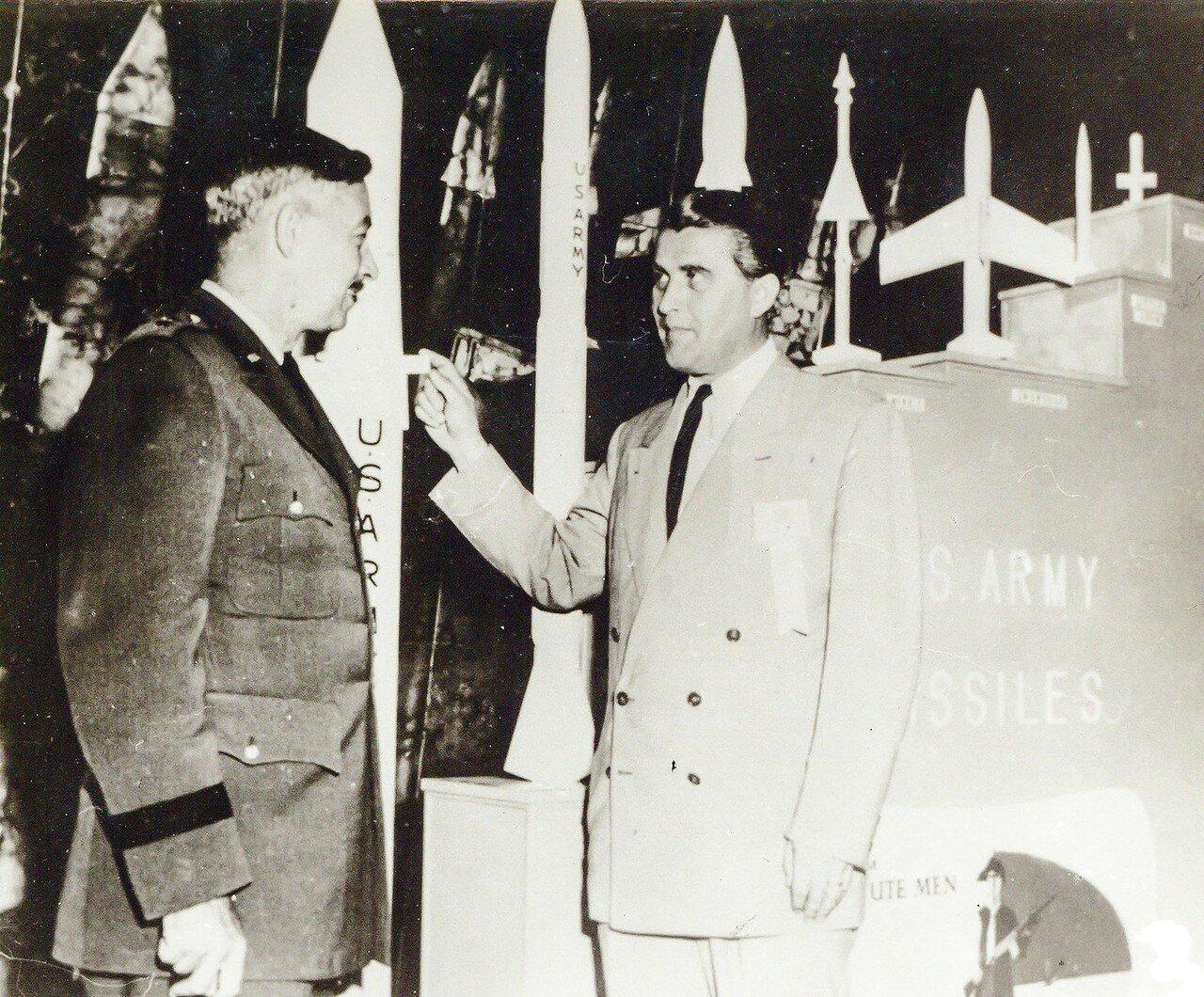 10. 1958, февраль. Научная группа Вернер фон Браун празднует успех «Эксплорер-1» и открытие радиационных поясов вокруг Земли названных поясами ван Аллена.