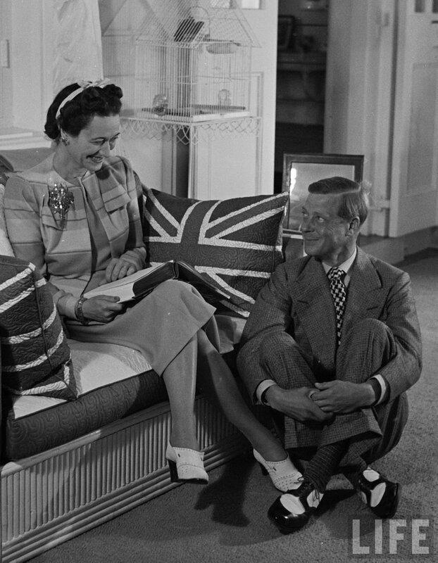 Губернатор  Багамских островов, герцог Виндзорский у ног герцогиня Виндзор, как он сидит у ее ног в Доме правительства. Багамы 1941