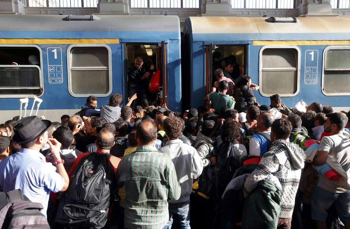 Штурм Будапешта: Мигранты с Ближнего Востока на ж/д вокзал венгерской столицы (25)