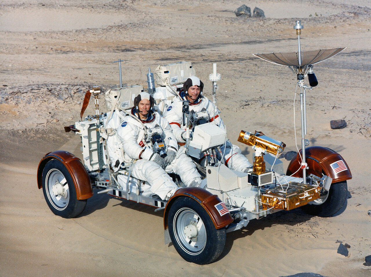 13 декабря 1971 года связка ракета-носитель Сатурн-5 — «Аполлон-16» была перевезена из здания вертикальной сборки на стартовую площадку 39-А . На снимке: Испытания Лунного Ровера в пустыне