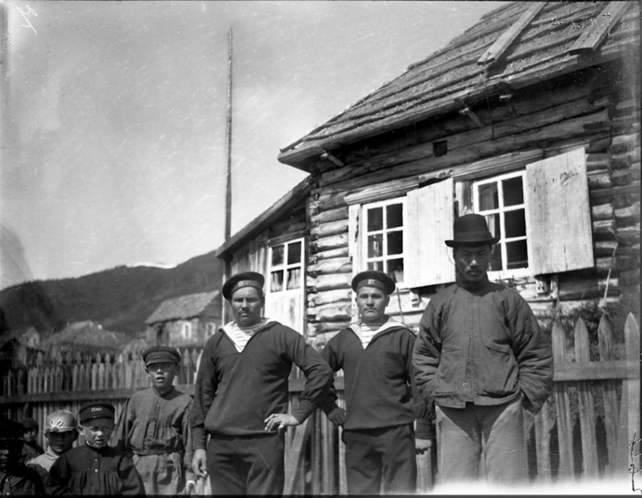 Моряки с китайцем, Сибирь, 1900