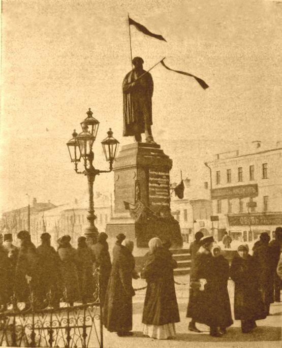 Памятник Пушкину в Москве в дни февральской революции