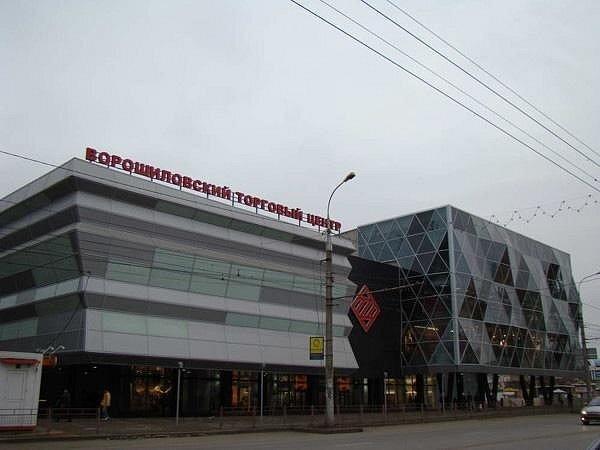 ЧП произошло сегодня около шести часов вечера в здании Ворошиловского торгового центра.  В торговом центре упавший...