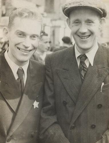 Алексей Григорьевич Конский (справа) со своим студентом на демонстрации.