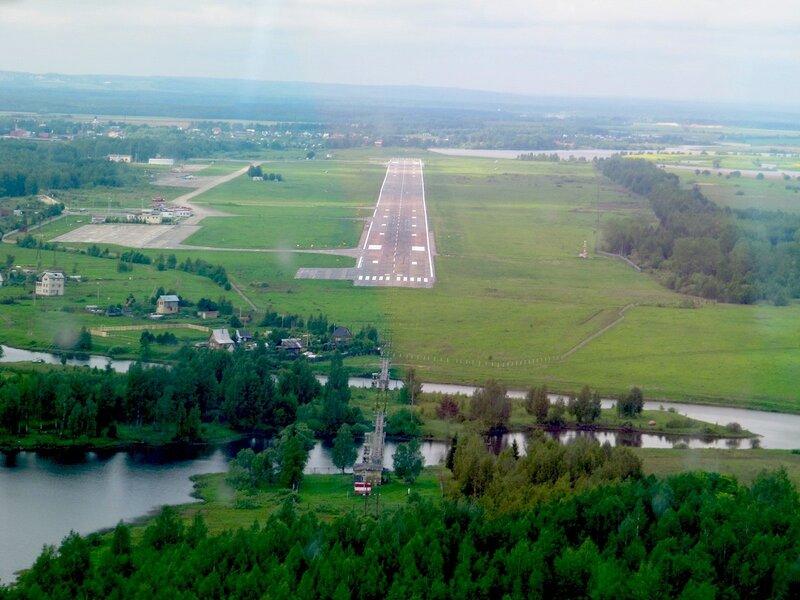 Ребята, окститесь, нет в аэропорту Туношна (бывшем военном аэродроме ПВО) запасной полосы -- ни короткой...