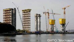 """НПО """"Мостовик"""" строит пилоны моста на остров Русский."""