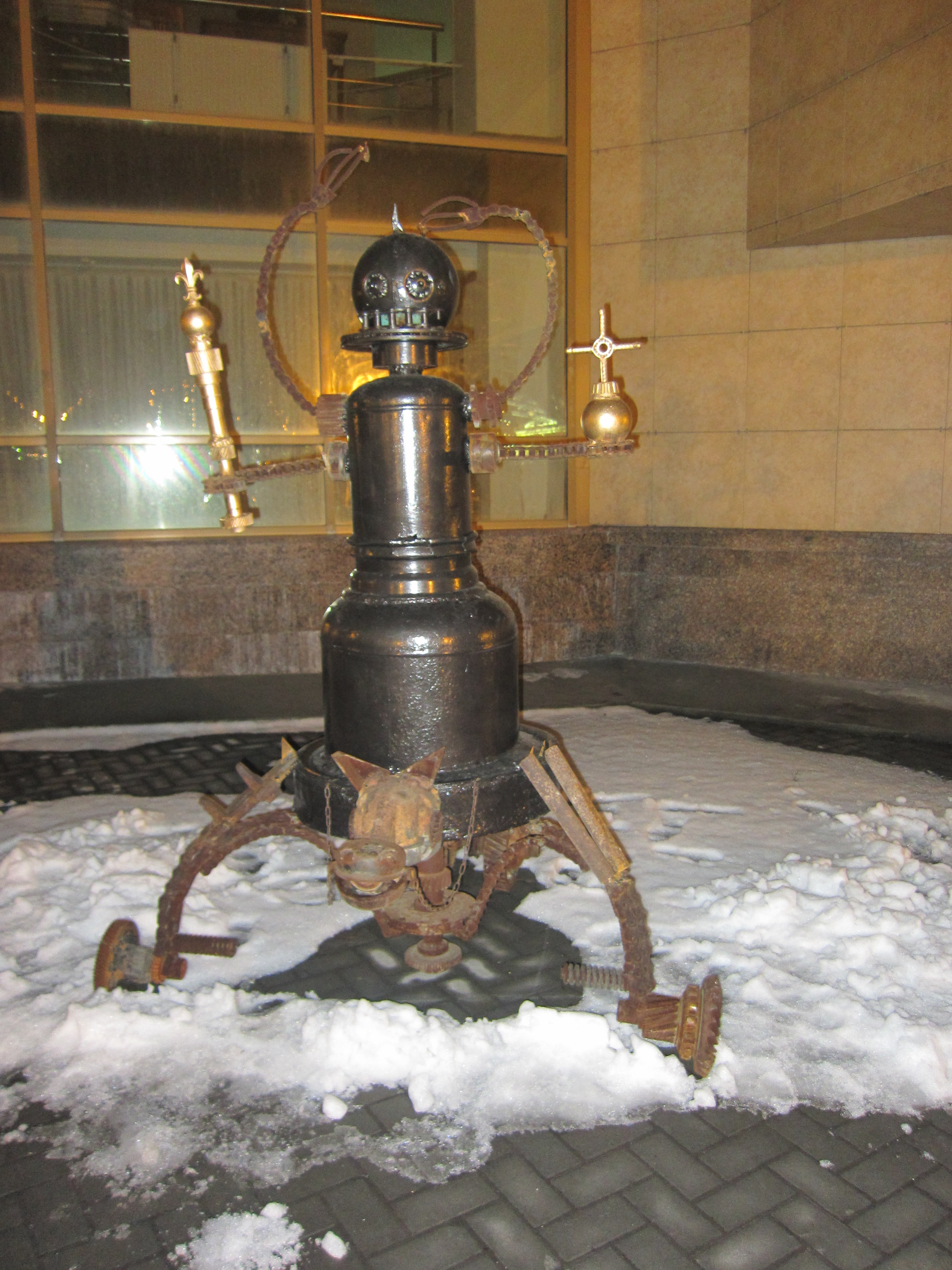 ″скульптура″, давшая название выставке - ″Мания величия″. Больше напоминает похмельный бред опустившегося механизатора (28.10.2015)