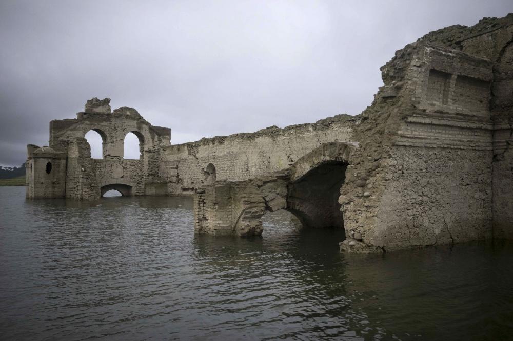 В2002 году уровень воды опустился настолько, что ценители архитектуры могли самостоятельно осмотрет