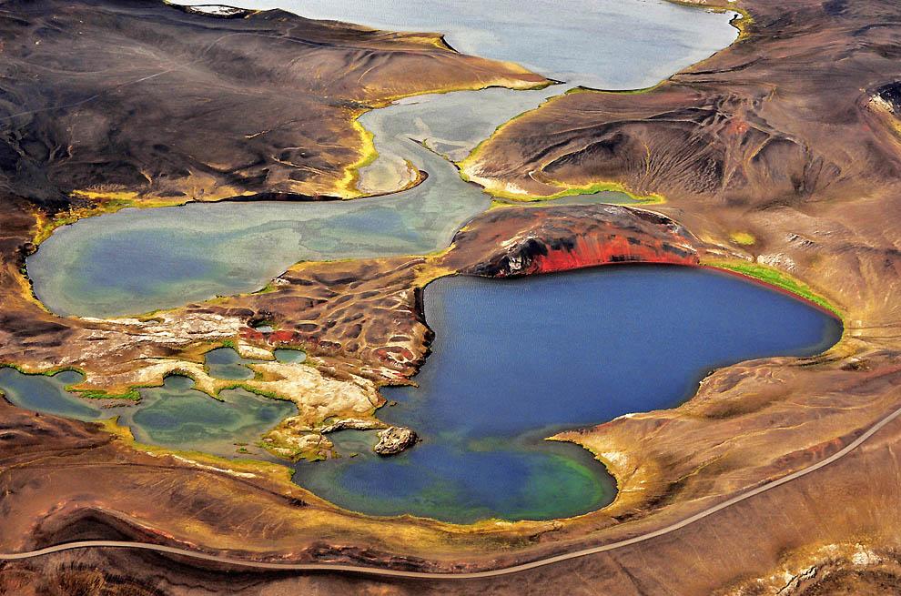 9. За время реализации этого проекта итальянский фотограф провел в полете 70 часов. Красочные озера