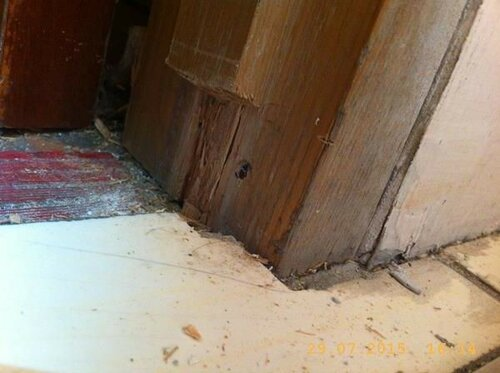 Для дополнительной защиты помещения выпилил выступ дверного косяка