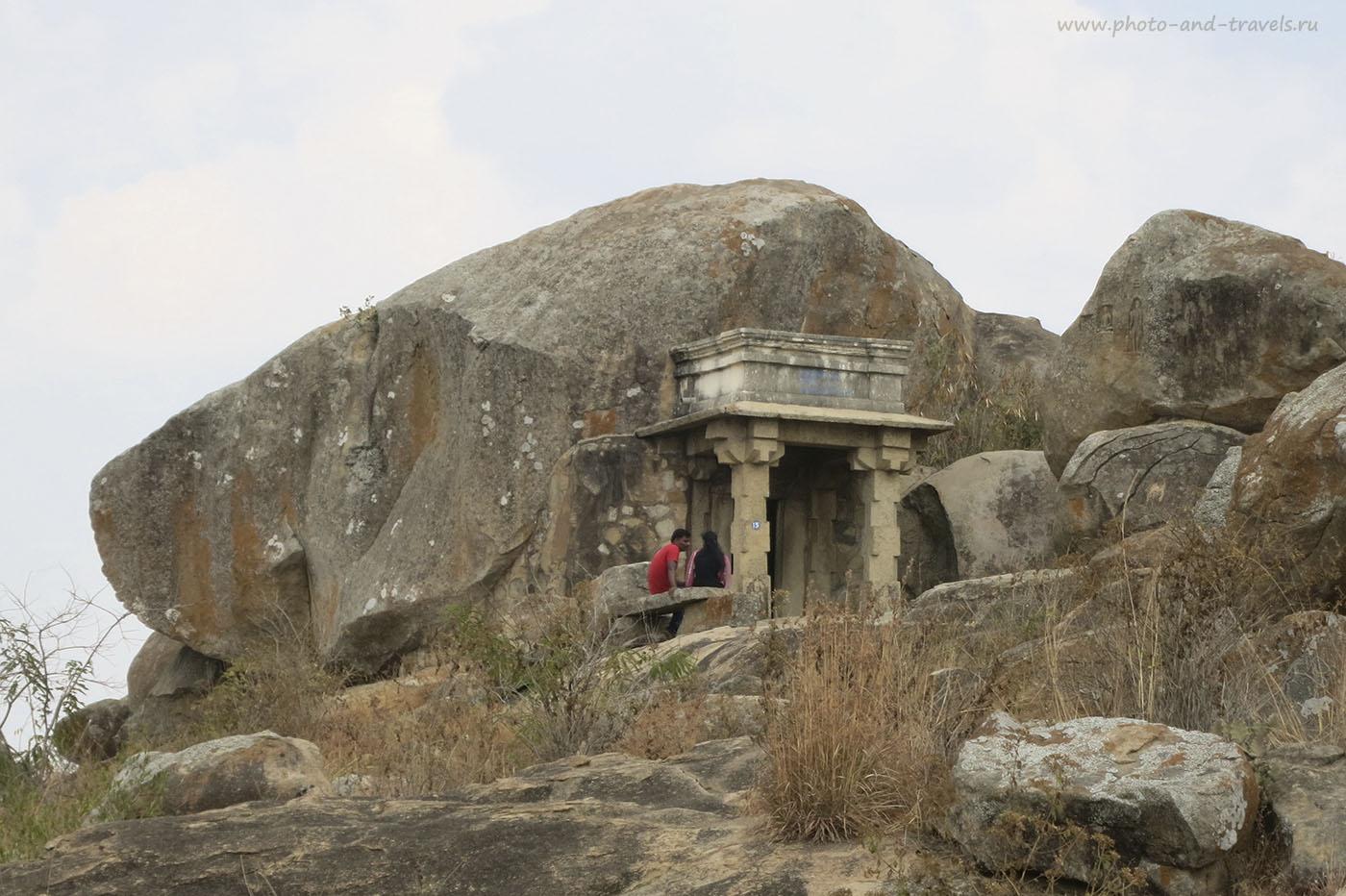Фотография 18. Путешествие в Индию. Пещера джайнского святого Бхадрабаху на холме Чандрагири в Карнатаке . 1/320, 5.9, 160, 26. Снято на мыльницу Canon Powershot S110