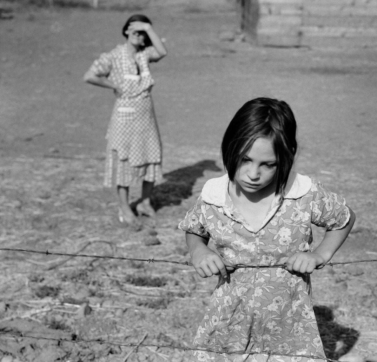 1939. Одна из младших дочерей батрака Криса Адольфа. Долина Якима