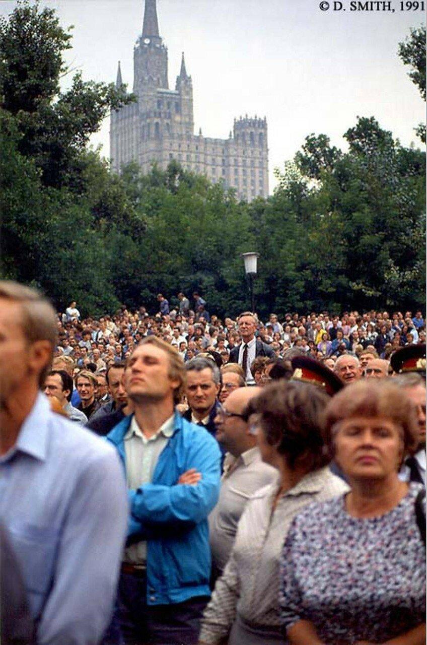Толпа слушает выступление Ельцина после провала путча