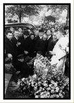 Théo Sarapo pendant les funérailles d'Edith au cimetière du Père Lachaise