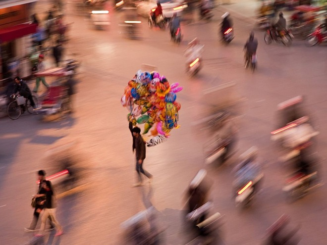 BalloonVendorVietnam.jpg
