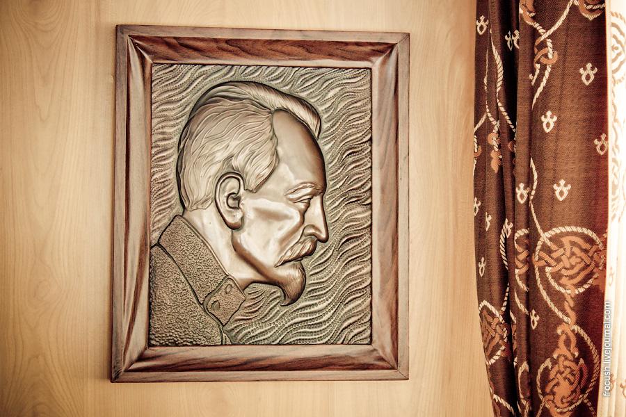 Портрет Ф.Э.Дзержинского (чеканка) в ходовой рубке теплохода «Феликс Дзержинский»