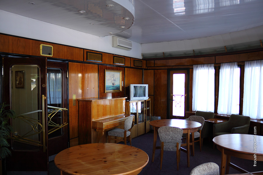 Читальный салон в носовой части средней палубы теплохода «Паллада»