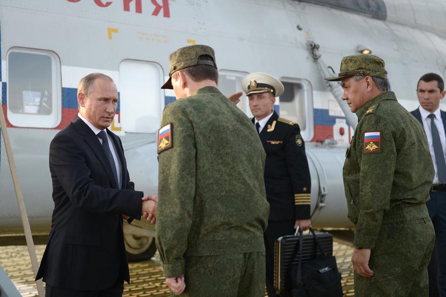 Путин на военно-штабных учениях Центр-2015.png