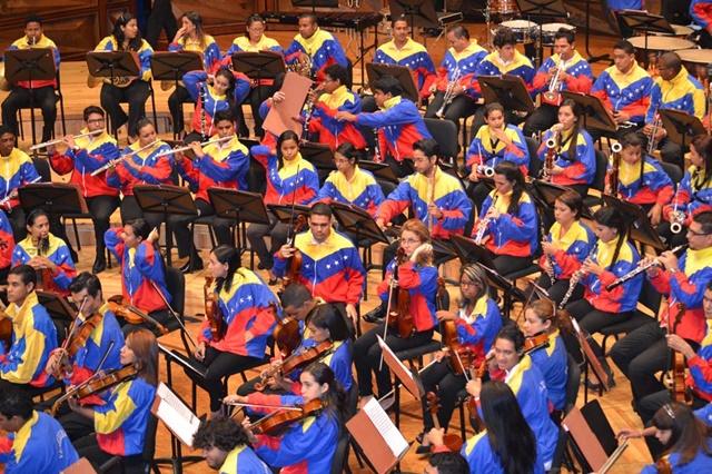 Симфонический оркестр Венесуэлы выступил в спортивных костюмах