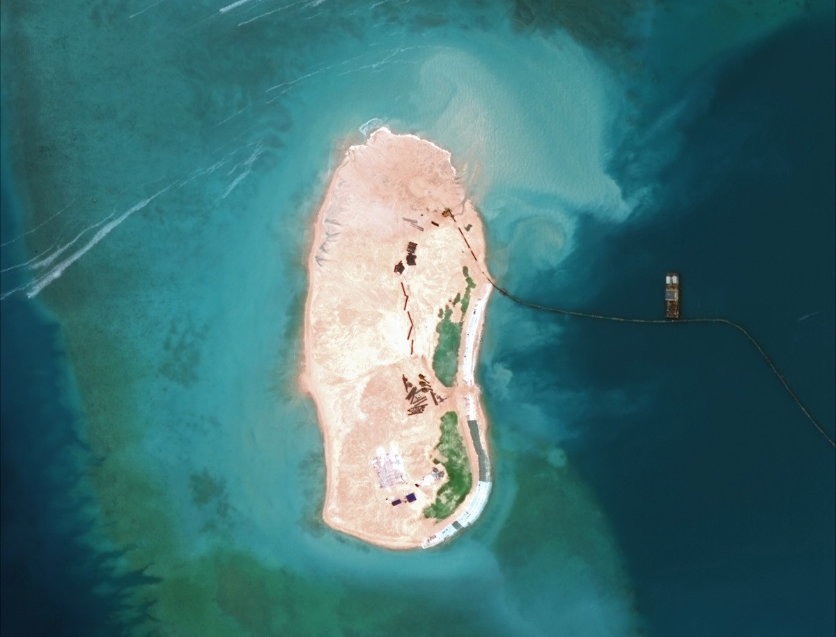 5. Китай, отвечая на критику в его адрес, заявляет, что он строит острова в архипелаге Спратли на за