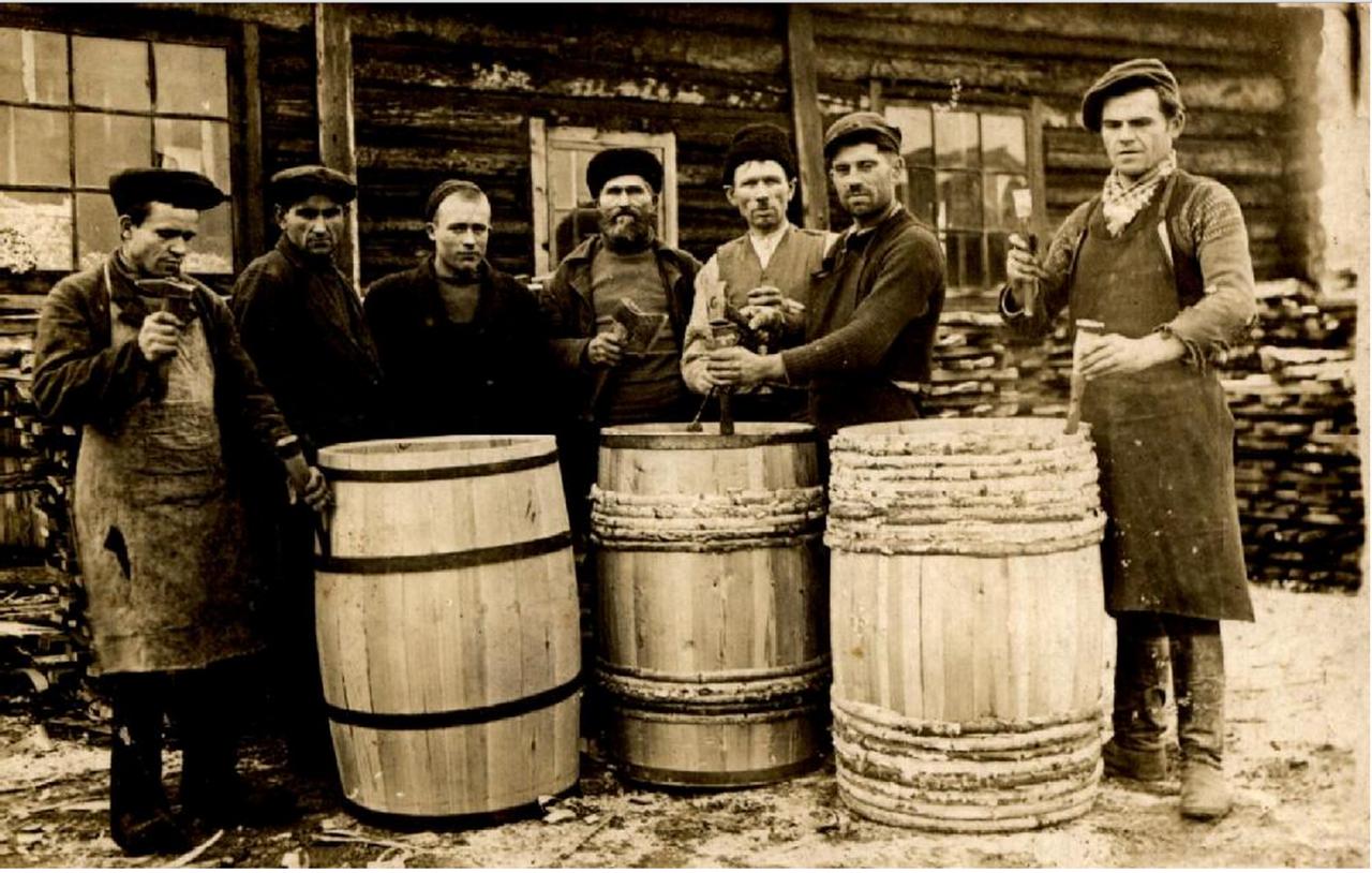 Группа спецпоселенцев. Пос. Южно-Вагранский Серовского района Свердловской области. 1940 или 1941