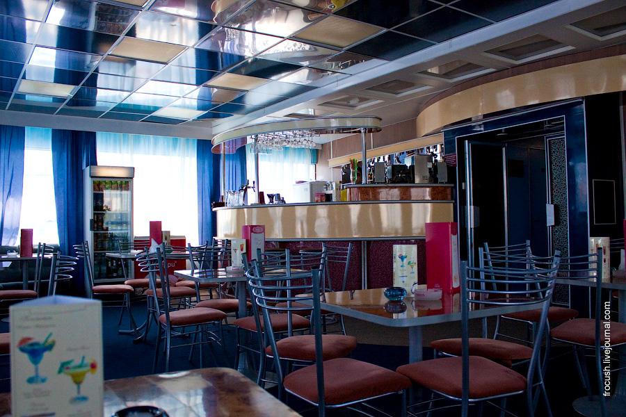 Музыкальный салон-бар «Панорама» в носовой части шлюпочной палубы теплохода «Сергей Кучкин»