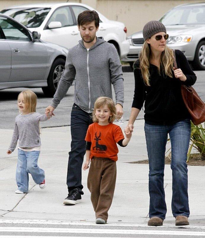 Актер Тоби Магуайр со своей женой, дизайнером ювелирных украшений Дженнифер Мейер Дженнифер Мейер и детьми - Отис и Руби