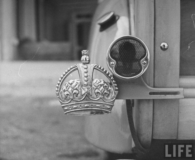 У Герцог Виндзорского вместо номерных знаков, только эмблема королевской короны,1941