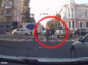 Агрессивный водитель в Кишинёва избивает пешехода на зебре