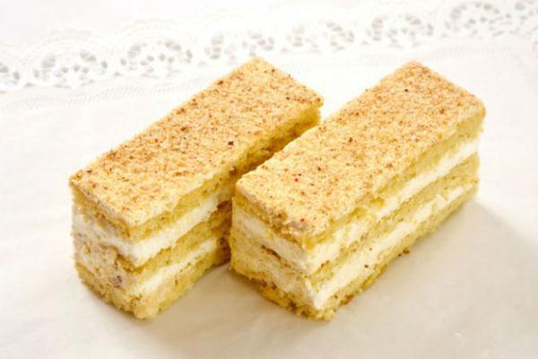Лимонное пирожное Своеобразное лакомство с кисловатым послевкусием, изготовленное из трех песочных п