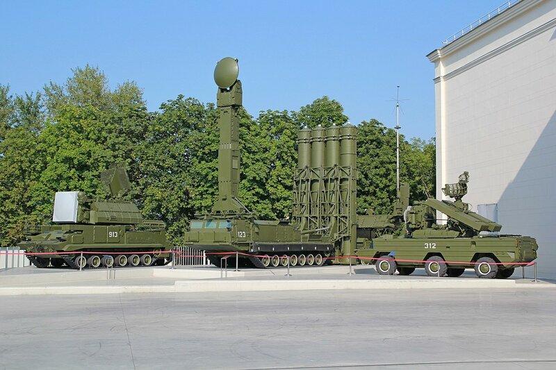 Общий вид на площадку с Тором, С-300 и Осой - Военная техника на ВДНХ