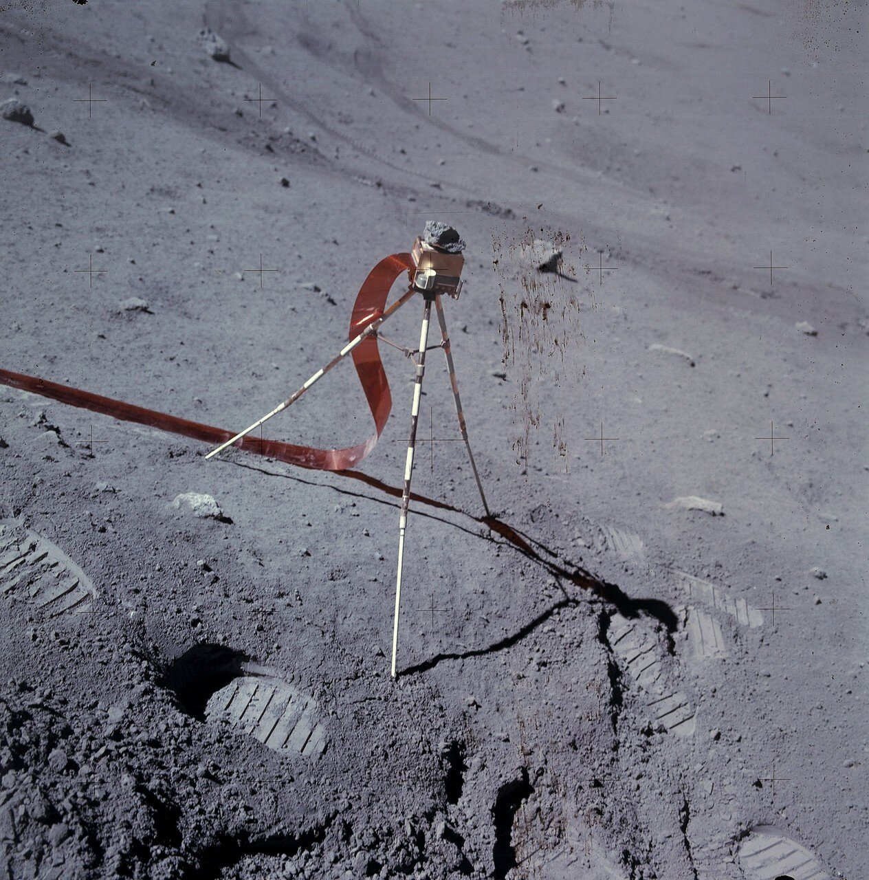 После чего Янгу нужно было сделать замеры с помощью портативного магнитометра. На снимке: Лунный портативный магнитометр с камнем