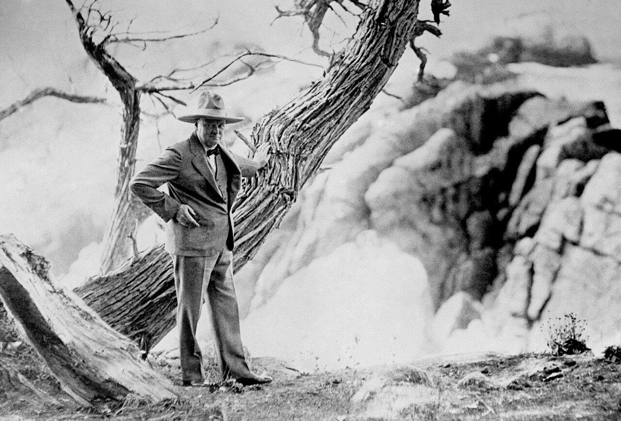 1929. Уинстон Черчилль в шляпе Том Микс (названной в честь популярной американской западной звезды) вблизи Дель Монте, Калифорния во время своего визита в Монтерей