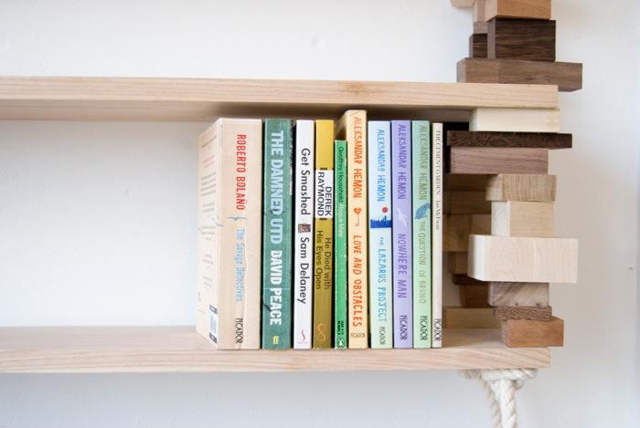 Книжная полка из остатков древесины от эми хантинга.