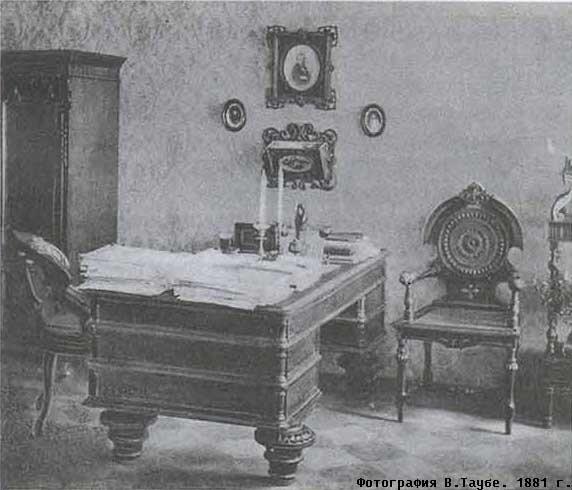 А это рабочий стол Достоевского, причем, фото сделанно не в мемориальном доме в наше время, а во времена писателя