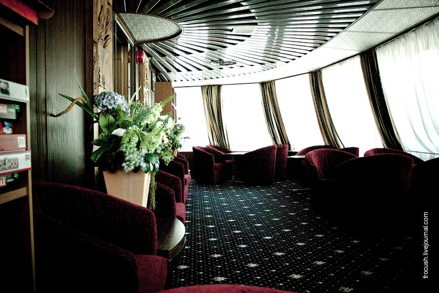 Читальный салон в носовой части средней палубы теплохода «Лев Толстой»