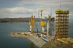 На мостовом переходе через бухту Золотой Рог установлены первые четыре ванты
