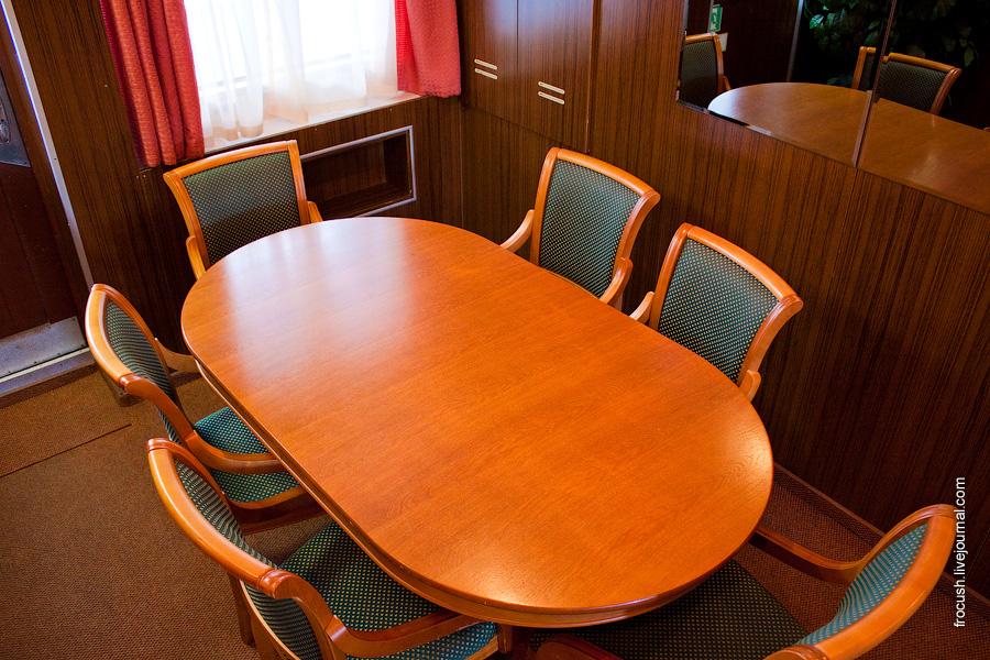 Стол в кормовой части средней палубы теплохода Александр Радищев