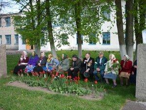 Ветераны на торжественной линейке в Рябчинской школе 9 мая 2010 года.
