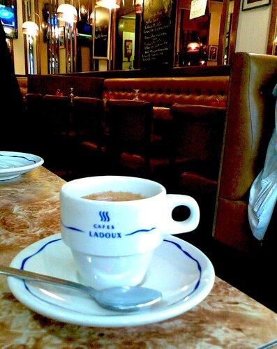 чашка кофе на улице сен-мартен