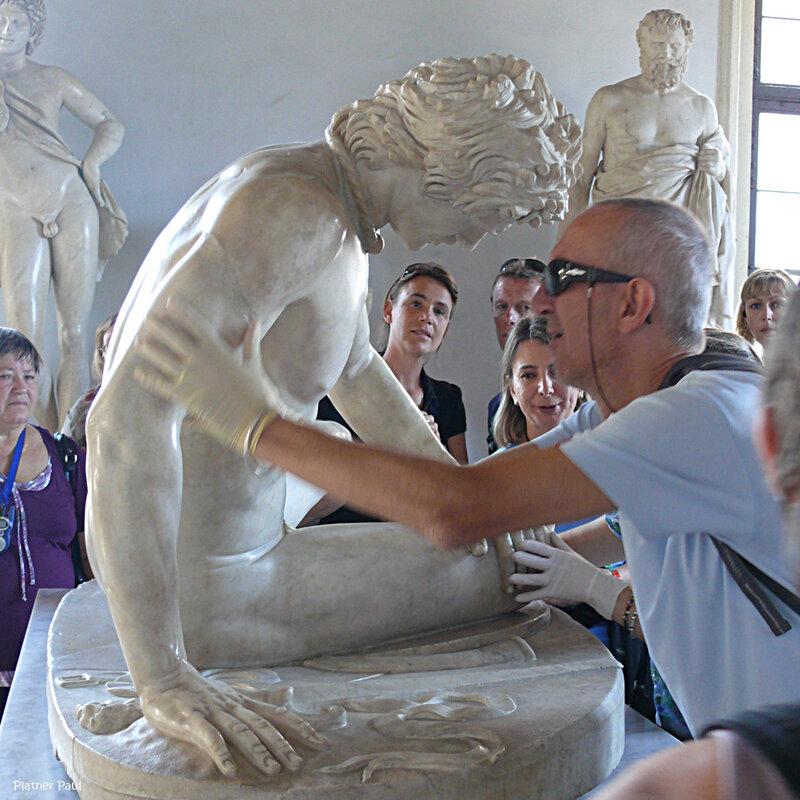 """""""Умирающий галл"""" великолепная мраморная копия бронзовой статуи «Умирающийгалл» пергамского мастера конца III — начала II в. до н.э. Экскурсия для слепых."""