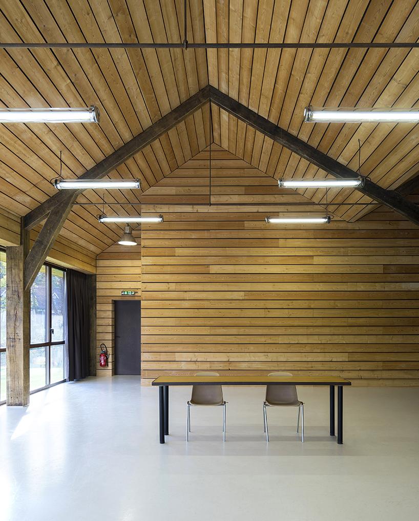 Гармоничный конференц-зал на озере во Франции