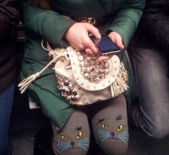 16. Колготки с мордочками кошек и сумка с золотой фурнитурой раскроют вас как личность, любящую сдер